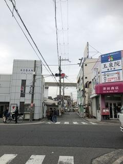 交番の向こう阪急線路を渡る
